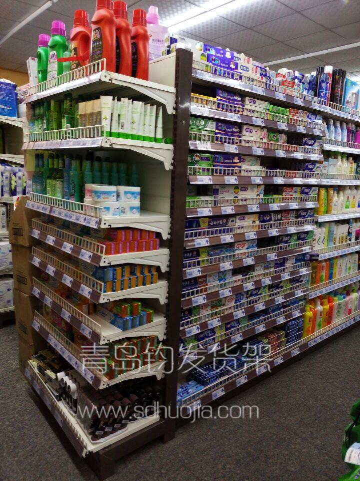 各式各样的的超市货架