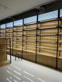恭喜烟台莱州某名酒专卖店定制一批青岛钧发货架钢木结合货架并顺利安装完成